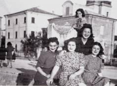 Cattolica, anni '30. Ragazze in posa nei pressi del lungomare Rasi Spinelli