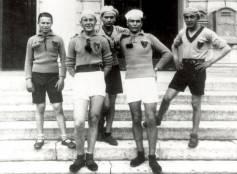 Cattolica, 1929, fotoricordo di podisti davanti al municipio