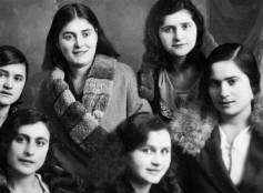 Cattolica, 1934, fotoricordo di ragazze cattolichine