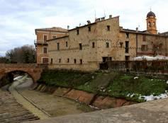 Il borgo fortificato con ponte sul torrente Ventena