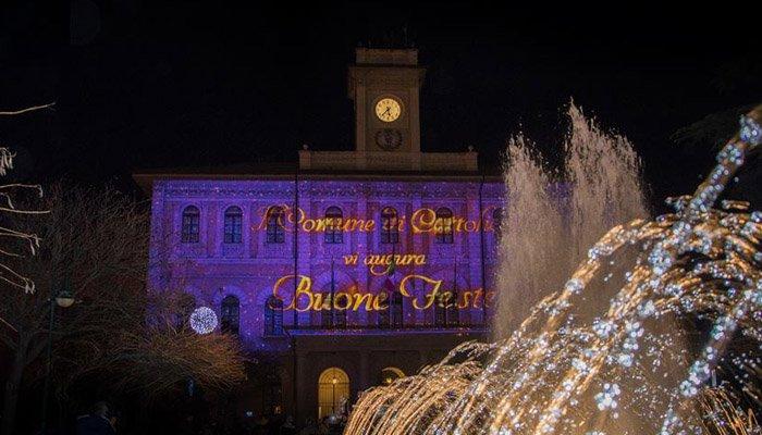 Nell'immagine: il Comune di Cattolica e parte delle fontane - I mercatini di Natale a Cattolica