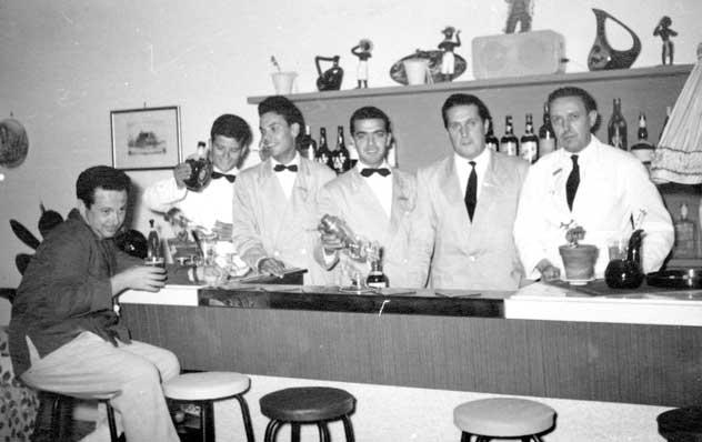 Staff EdenRock - Barman e camerieri milanesi con Giorgio Terenzi (il ragazzo a sinistra) seduto, un musicista del locale. Gabicce Monte, anni 50