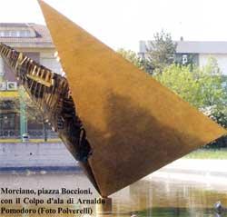 Morciano, piazza Boccioni, con il Colpo d'ala di Arnaldo Pomodoro (Foto Polverelli)