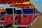 Ombrelloni e lettini in spiaggia a Cattolica