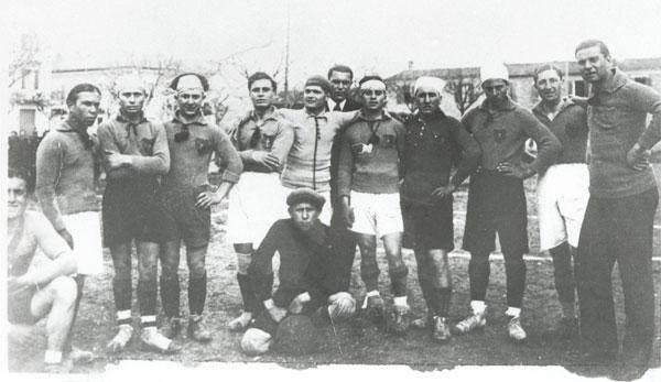 """Cattolica, 1929 - Squadra """"Robur"""", fotoricordo al campo De Nicolò (area giardini del Municipio)"""